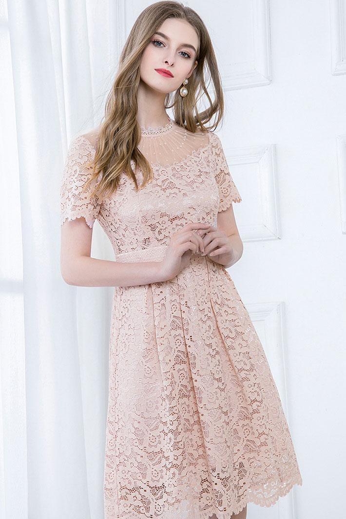 robe cocktail courte rose poudré dentelle encolure plumetis manches