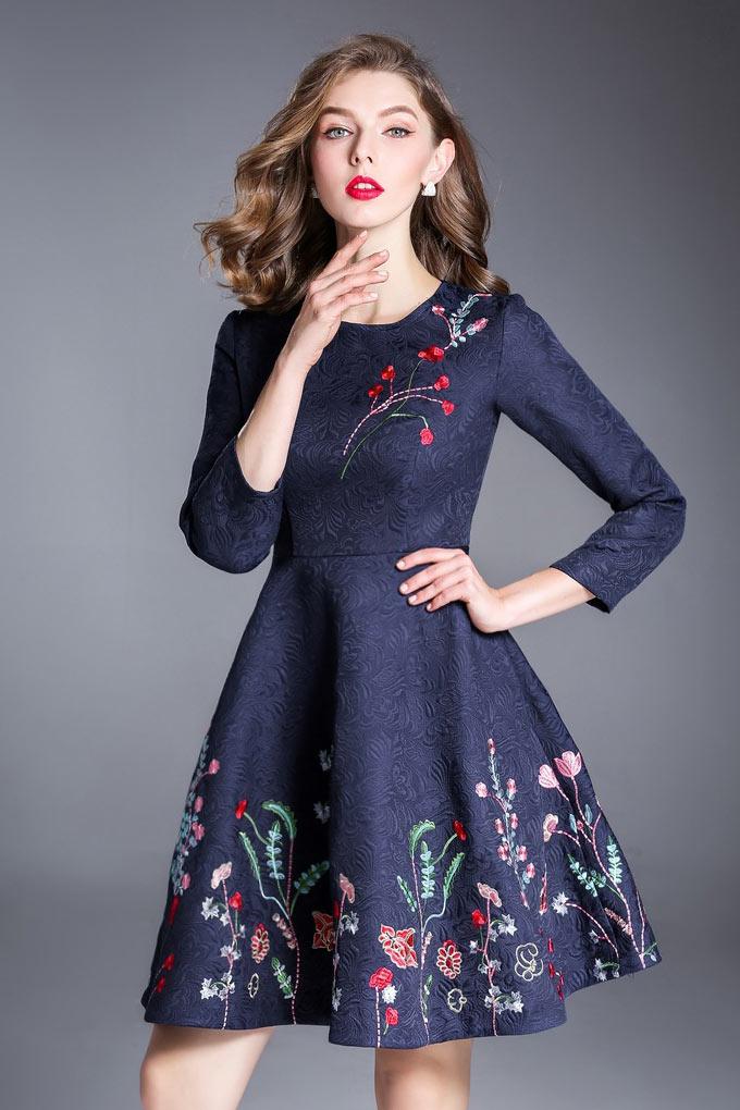 robe de cocktail courte bleu nuit manche mi-longue brodé de fleurs vives
