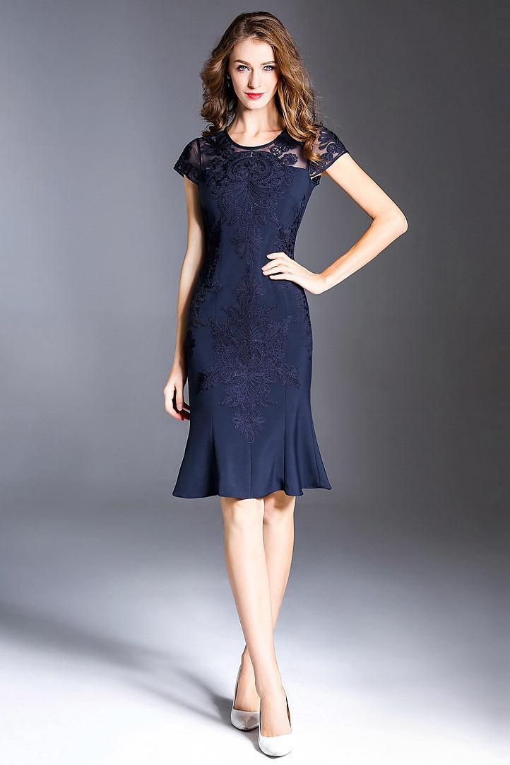 robe de soirée courte bleue marine moulante col illusion en dentelle brodée