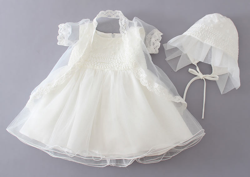 robe pour cérémonie de baptême ivoire embelli de perles avec boléro et chapeau dentelle