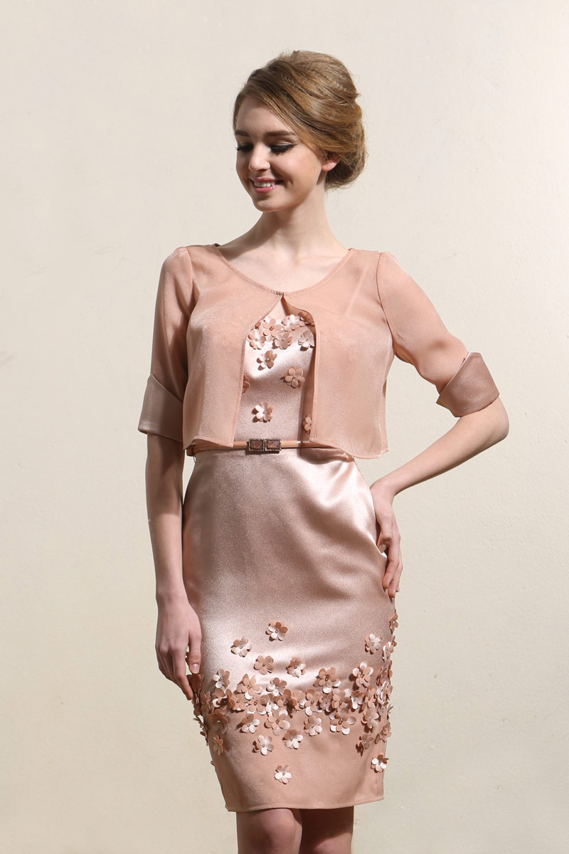 robe invité mariage rose moulante courte embelli de fleurs avec boléro