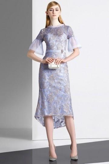 Robe cokctail bleu en dentelle fourreau jupe basculée avec manche évasée