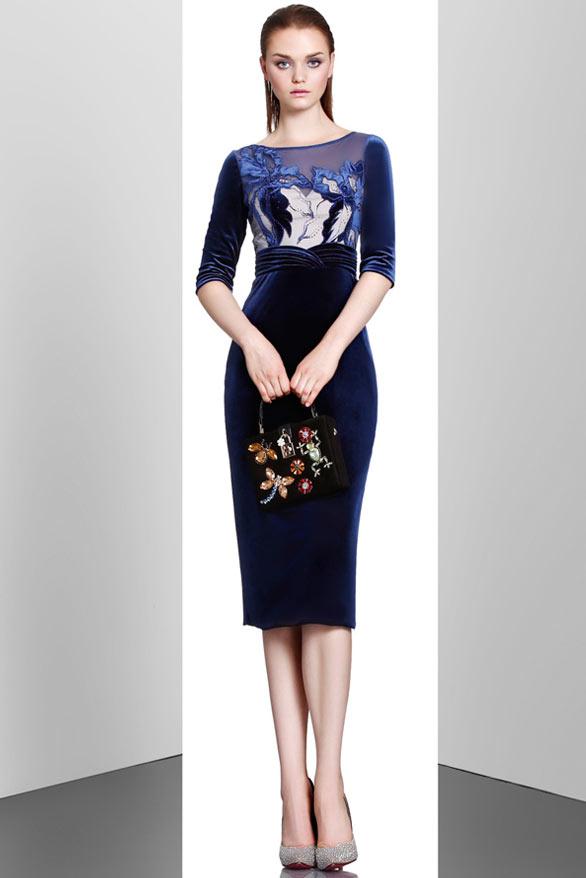 robe de cocktail mi-longue bleu en velours fourreau bleu col illusion manches courtes