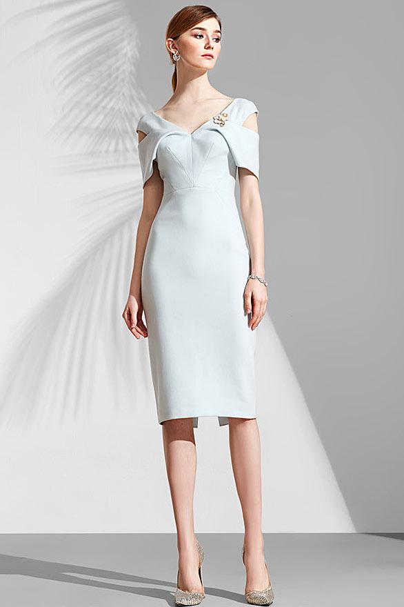 robe courte fourreau témoin mariage bleu pâle col V épaule dégagée