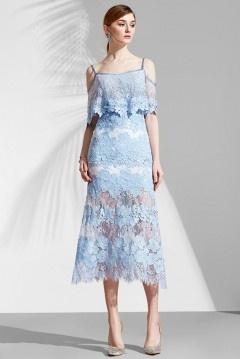 Robe de soirée boho dentelle guipure bleu pastel à fine bretelle & jupe semi transparente