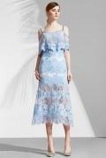 Robe de soirée dentelle guipure bleu pastel à fine bretelle & jupe semi transparente