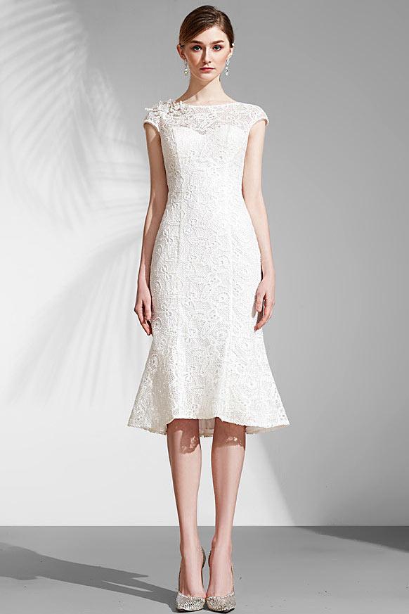 robe de mariée courte moulante en dentelle col illusion embelli de strass mancheron