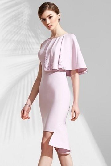 Robe rose courte appliquée bijoux avec une manche cape & jupe découpée