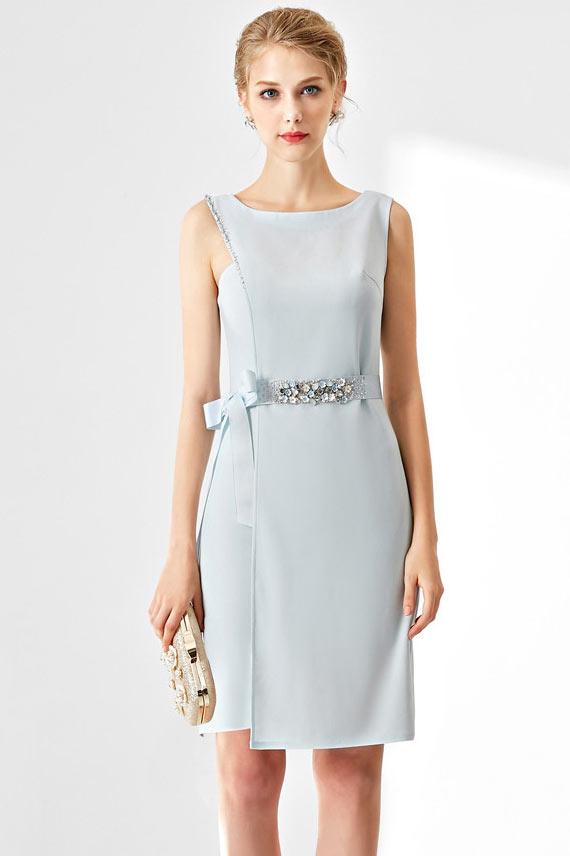 Robe soirée fourreau bleu pastel taille ornée de bijoux simple