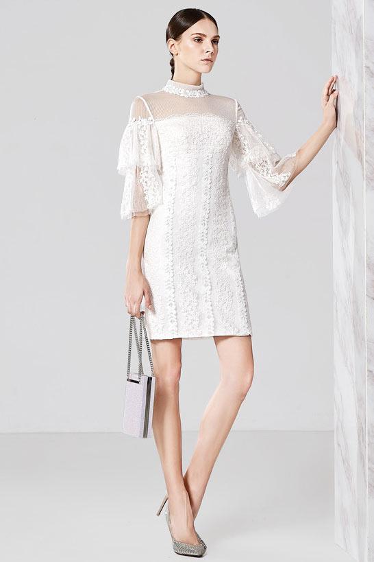 f224d5456ee1 Robe blanche haut ajourée en dentelle col montant à manche doublée ...