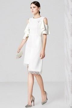 Robe blanche habillée épaule dénudée à volants & jupe bordée dentelle