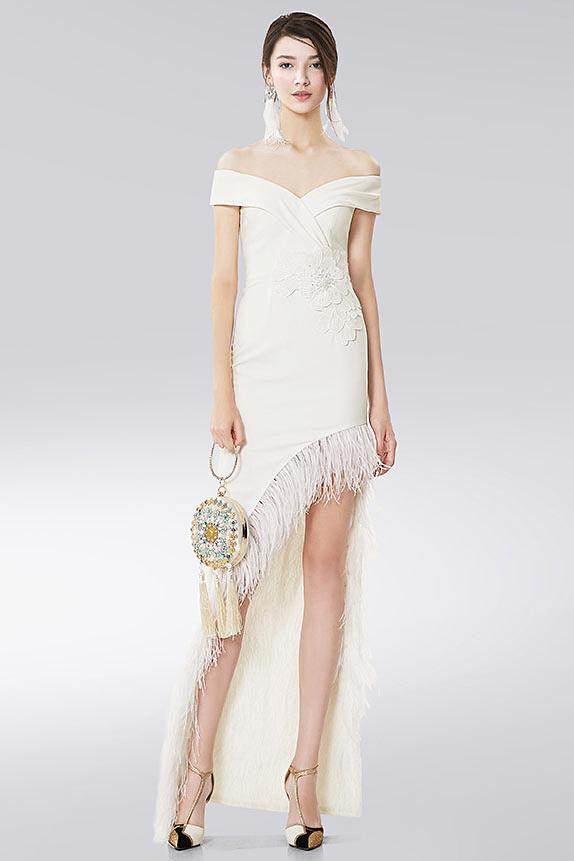 robe de cocktail courte devant longue derrière blanche épaule dénudée jupe embelli de plumes