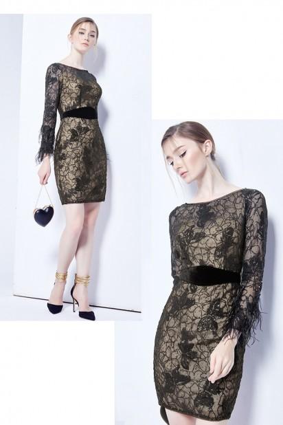 petite robe noire avec manche longue à plumes