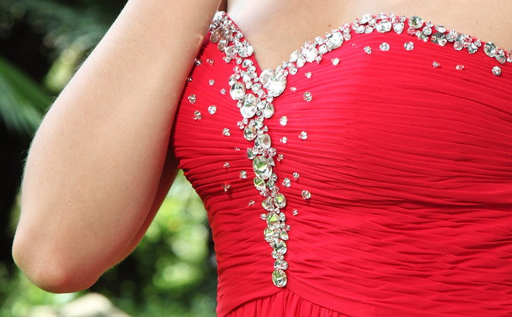 tenue robe rouge bustier cœur avec paillettes  pour soirée mondaine