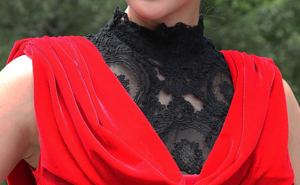 Robe de soirée rouge longue col dentelle montant en velours