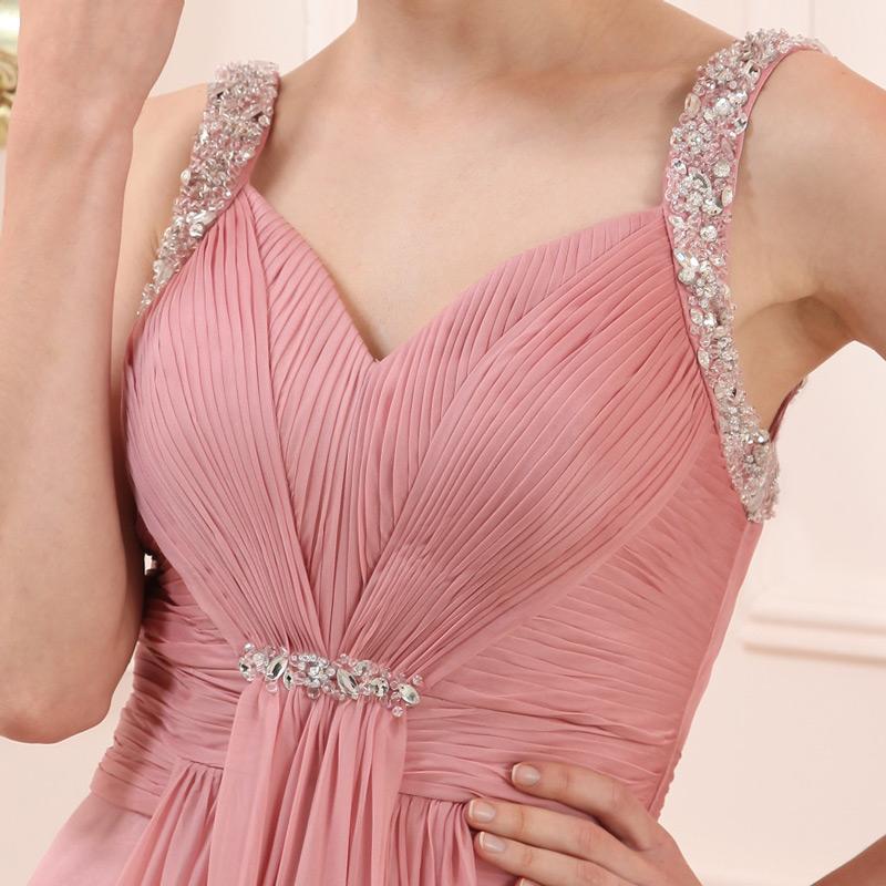 robe rose plissé à bretelles ornée de bijoux