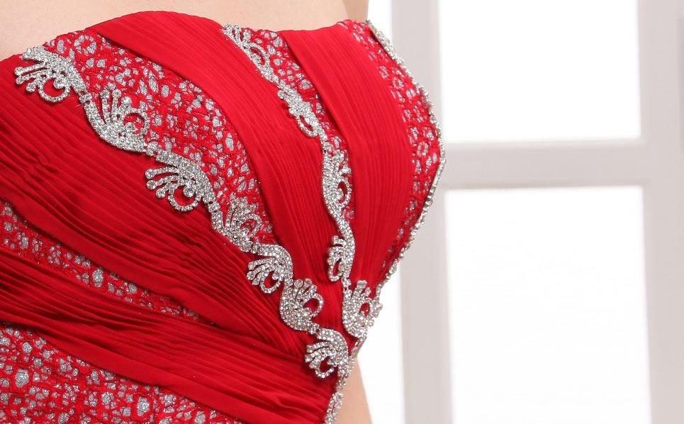 tenue robe rouge bustier avec bijoux  pour soirée mondaine
