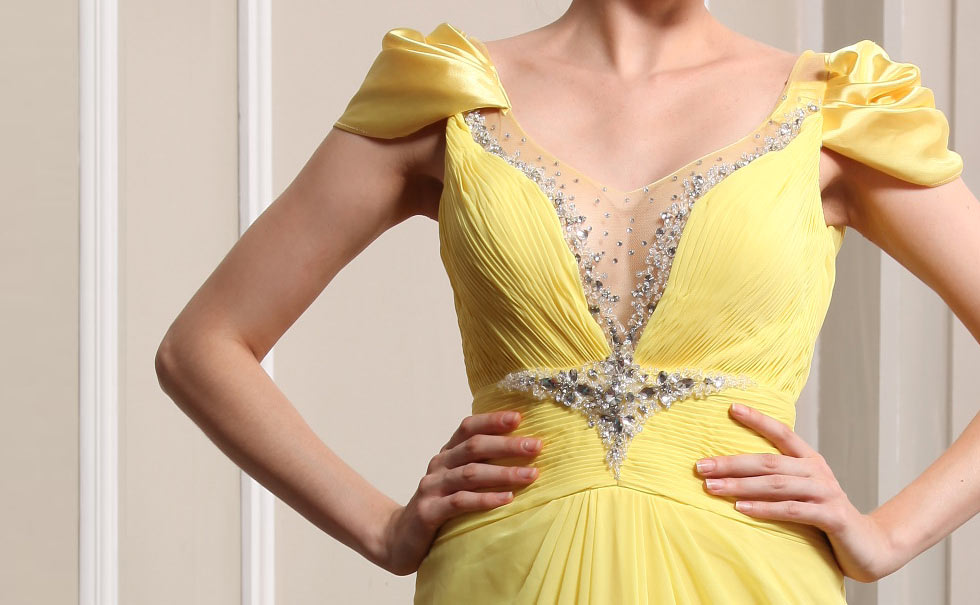 Robe jaune col v ornée de bijoux plissée en mousseline