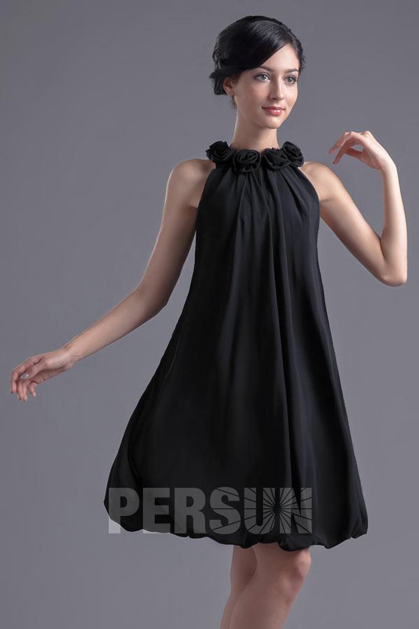 petite robe noire simple embelli de fleurs