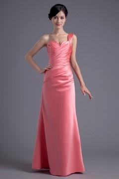 Robe de soirée rose en satin soyeux Ligne A décolleté en cœur avec une bretelle ornée de bijoux