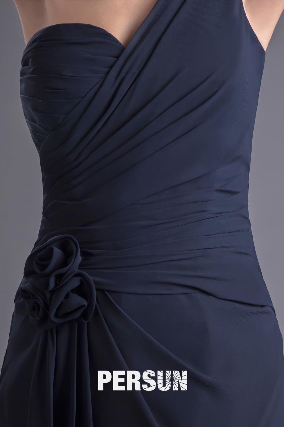 tenue robe longue asymétrique ornée de fleur à la main