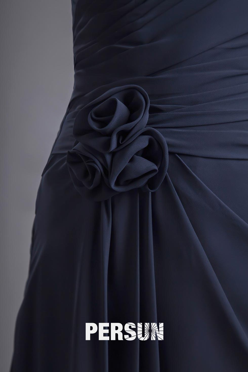 détail fleur à la main sur robe