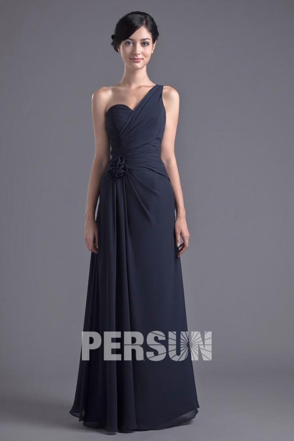 simple robe bleu marine longue col asymétrique ornée de fleur