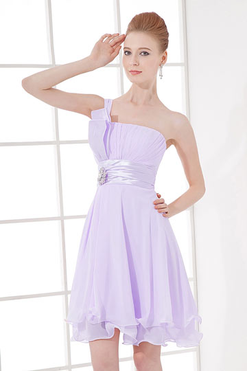 Robe de dame d'honneur rose courte asymétrique ornée de bijoux