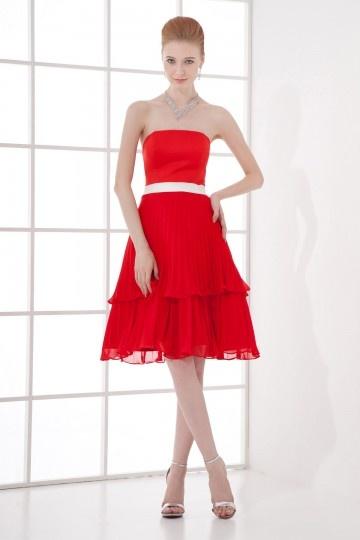 Robe rouge plissée bustier courte Empire accessoirisée d'une ceinture blanche