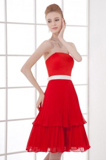 0d678991df99 Robe rouge plissée bustier courte Empire accessoirisée dune ceinture ...