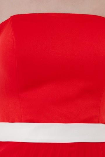 6cb3e852359a7 Robe rouge plissée bustier courte Empire accessoirisée dune ceinture  blanche - Persun.fr