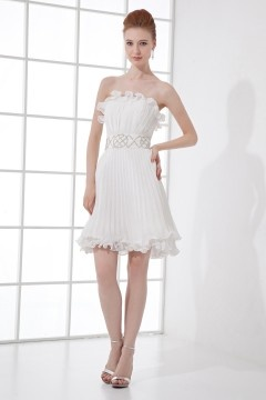 Robe blanche plissée courte bustier ornée de bijoux