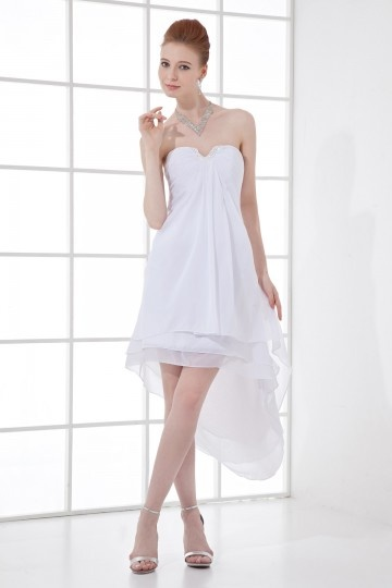 Robe blanche cocktail décolleté en V courte devant longue derrière