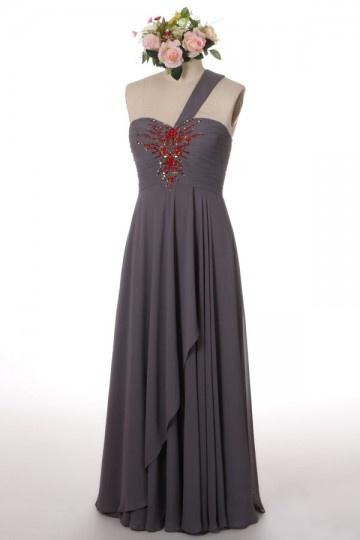 Robe rouge de soirée asymétrique ornée de bijoux