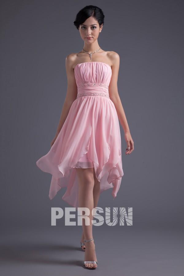Robe de cocktail rose en mousseline sans manche ceinturée de bijoux