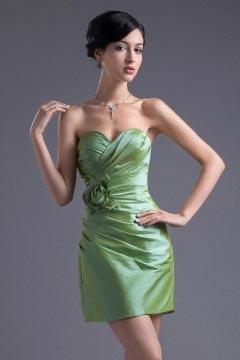 Mini robe demoiselle d'honneur verte ornée d'une fleur en taffetas décolleté en coeur Fourreau