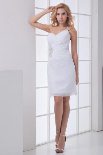 Robe blanche courte ruchée enveloppe ornée de bujoux seule épaule