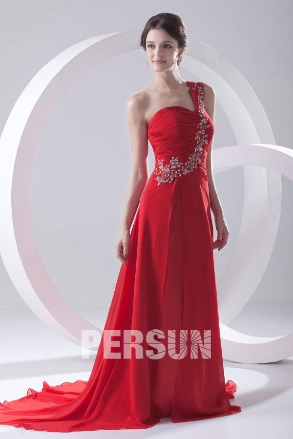 Robe rouge de soirée longue asymétrique ruchée ornée de paillette
