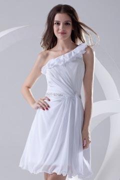 Robe blanche courte encolure asymétrique ornée de bijoux