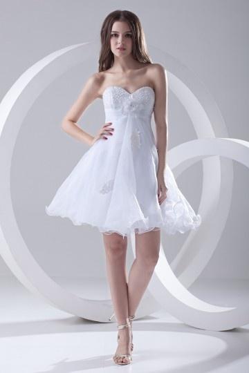Robe de cocktail blanche bustier coeur courte accessoirisée d'une fleur