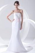 Robe de mariée bustier en satin sirène dotée d'un noeud rose