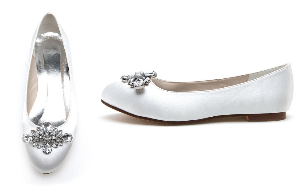 ballerine blanche en satin embellie de navettes cristaux